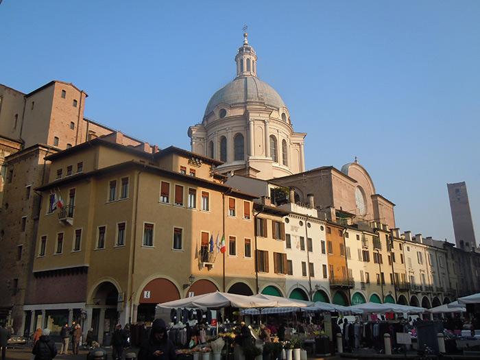 Mantova_-_Piazza_delle_Erbe